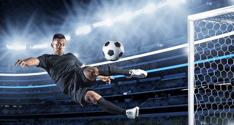 Latinamerikansk fotbollspelare som sparkar bollen royaltyfri fotografi