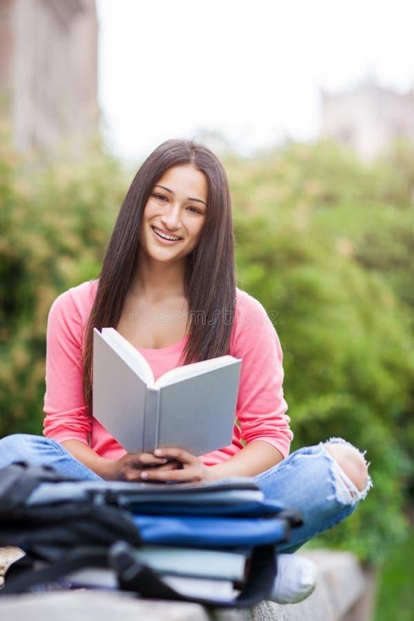 Latinamerikansk högskolestudent arkivbilder