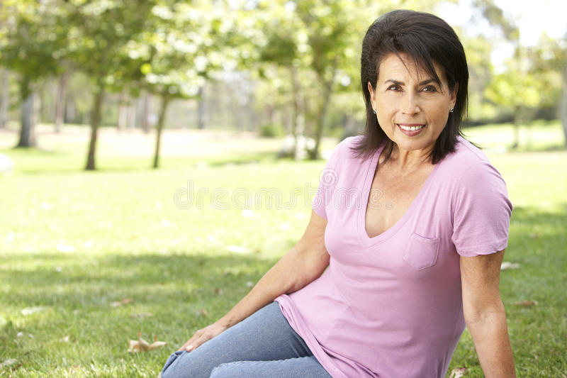 latinamerikansk kvinna för parkståendepensionär royaltyfri fotografi