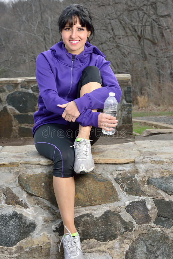 Latinamerikansk kvinna som joggar - vattenavbrott royaltyfri bild
