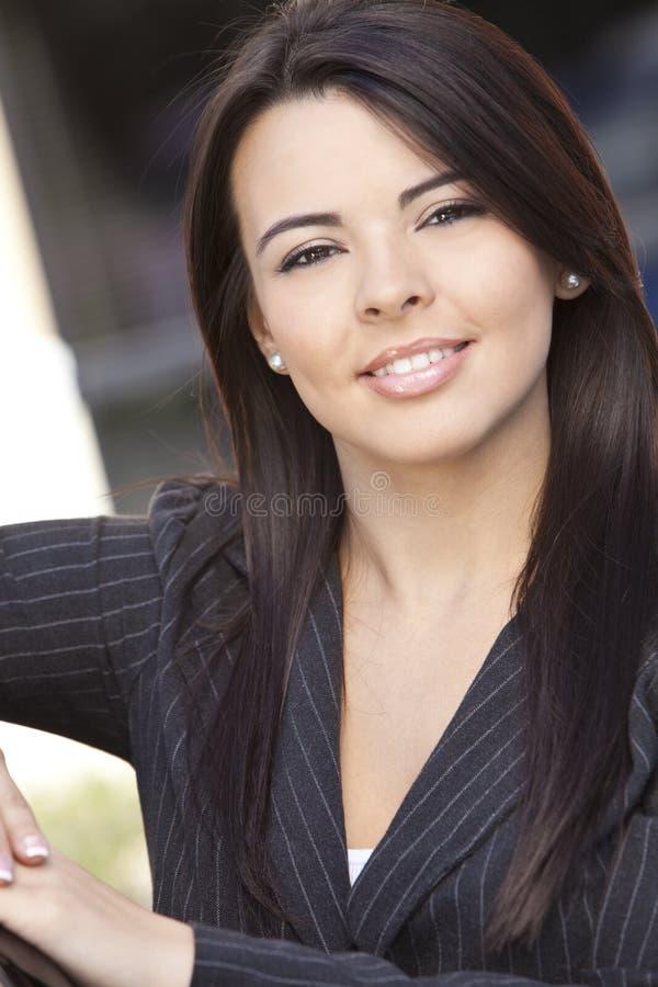 latinamerikansk le kvinna för härlig affärskvinna arkivbild