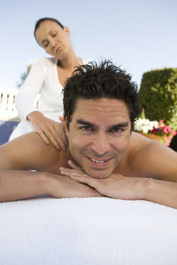 Latinamerikansk massage för manhäleribaksida arkivfoto