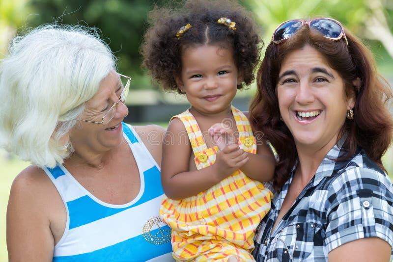 Latinamerikansk mormor, moder och liten dotter arkivfoton