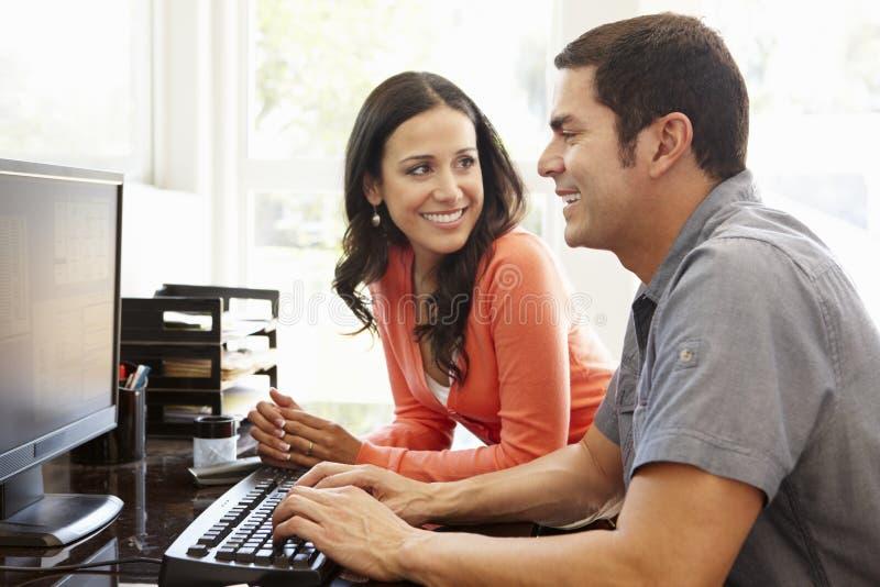Latinamerikanska par som arbetar i inrikesdepartementet royaltyfri bild