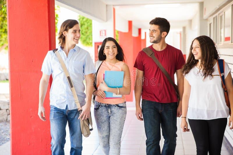 Latinamerikanska studenter som går till grupp royaltyfria bilder