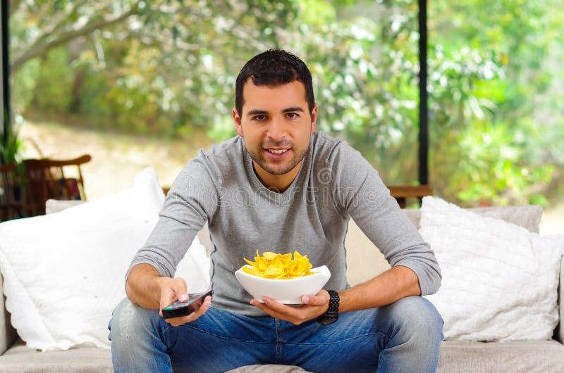 Latinamerikanskt manligt bärande ljus - blå tröja plus royaltyfri fotografi