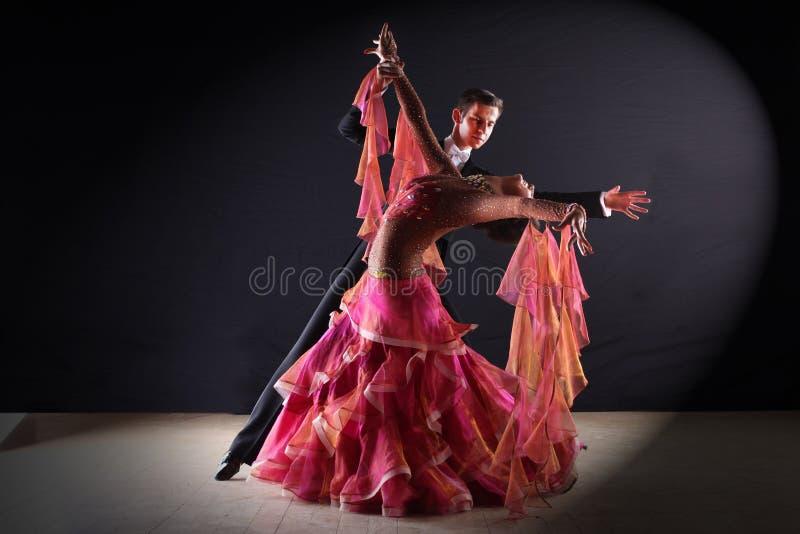 Latino dansers in balzaal royalty-vrije stock foto's