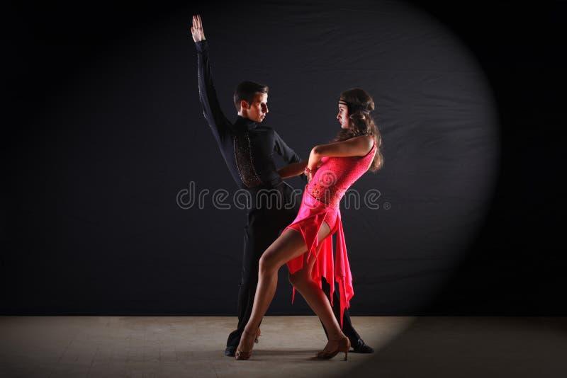 Latino dansers in balzaal stock afbeelding