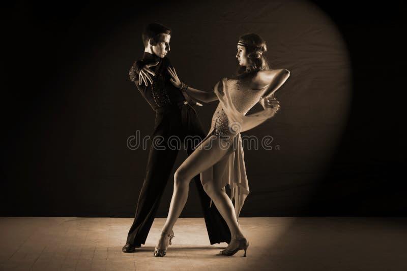 Latino dansers in balzaal op zwarte worden geïsoleerd die stock afbeelding
