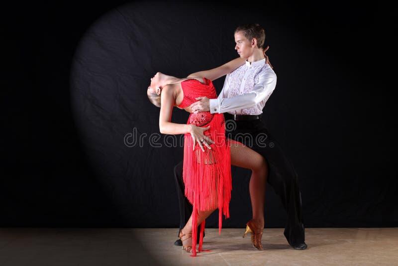 Latino dansers in balzaal op zwarte worden geïsoleerd die royalty-vrije stock fotografie