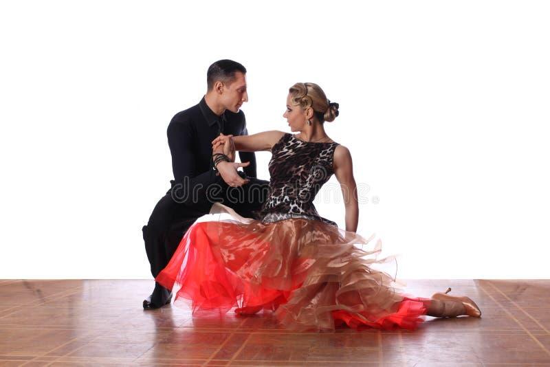 Latino dansers in balzaal tegen witte achtergrond stock foto's