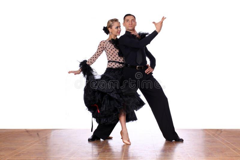 Latino dansers in balzaal tegen witte achtergrond royalty-vrije stock foto