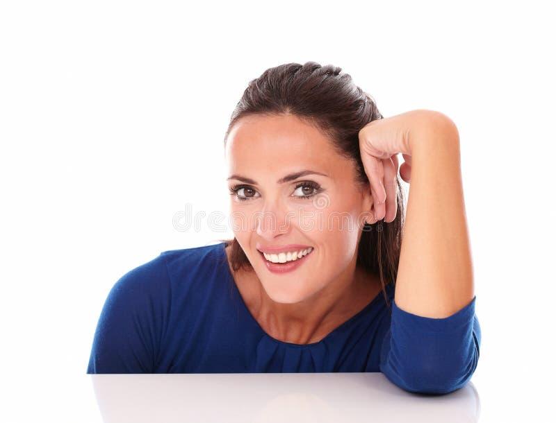 Latino encantador mirándole mientras que sonríe foto de archivo