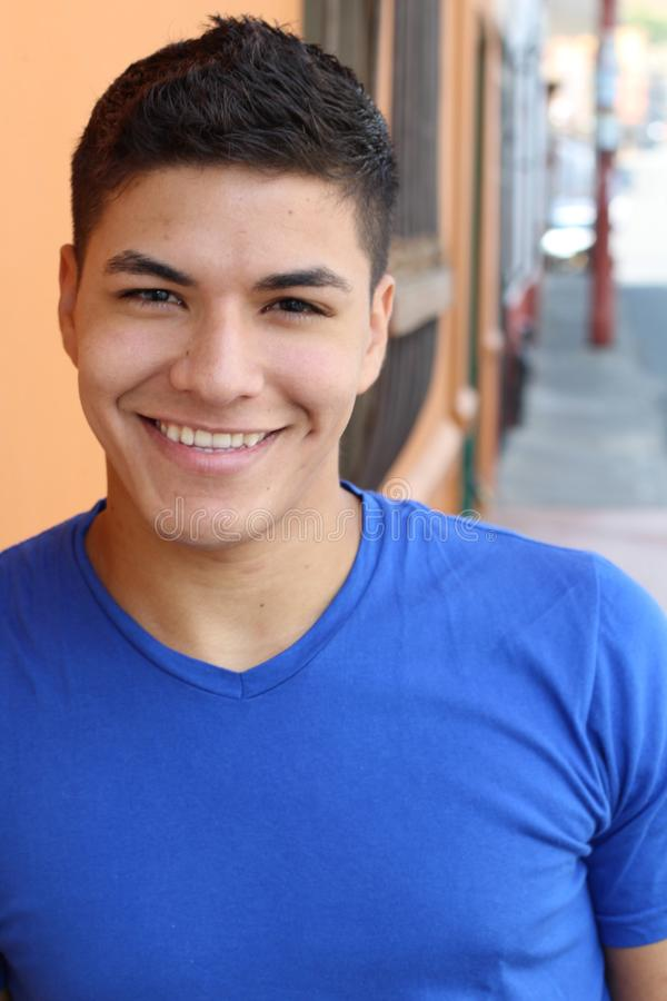 Latino manlig le headshot utomhus royaltyfri bild
