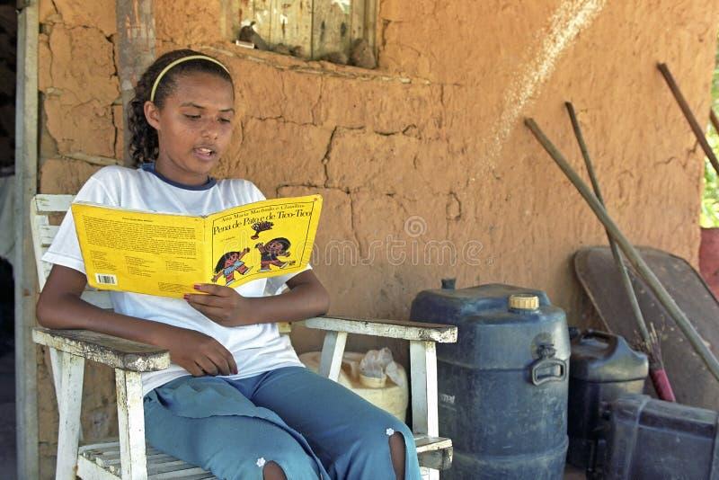Latino tiener leest een verhalenboek stock fotografie