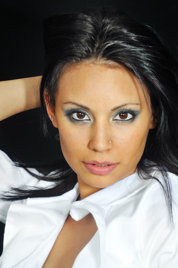 Latino vrouw die witte bovenkant draagt stock fotografie