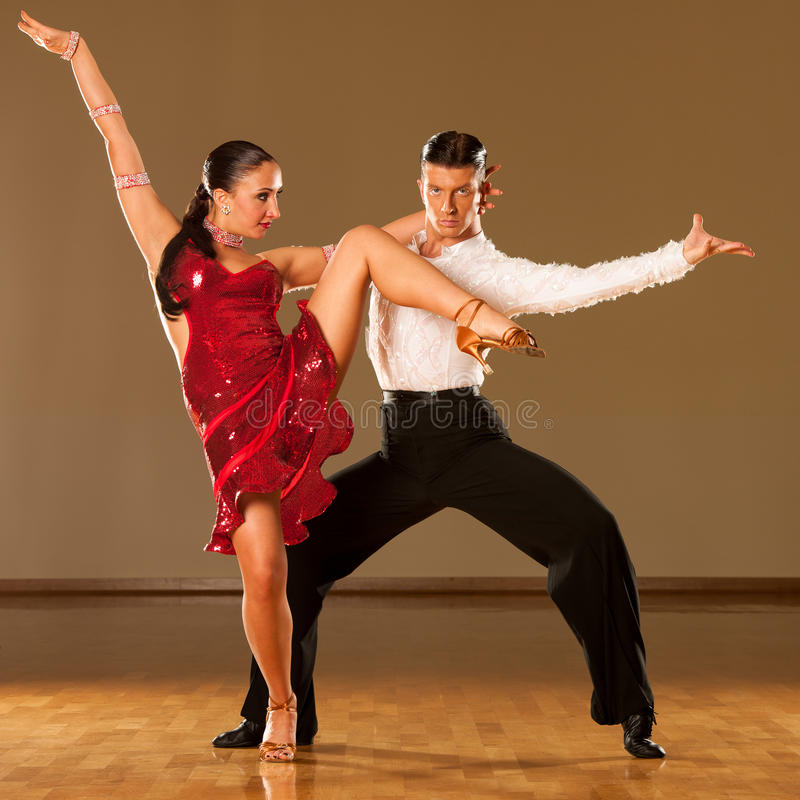 Latinodanspar i handling - dansa den lösa samban royaltyfria bilder