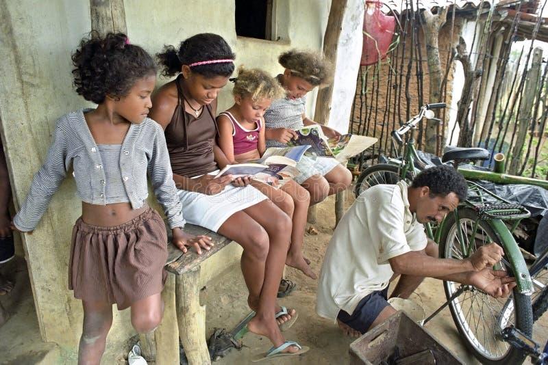 Latinomädchen lesen Märchenbücher, Brasilien lizenzfreies stockfoto