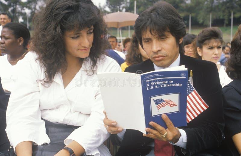 Latinos na cerimônia da cidadania do Estados Unidos, Los Angeles, Califórnia imagem de stock