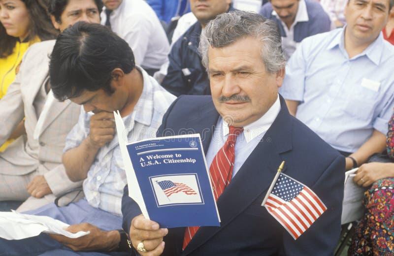 Latinos na cerimônia da cidadania do Estados Unidos, Los Angeles, Califórnia imagem de stock royalty free