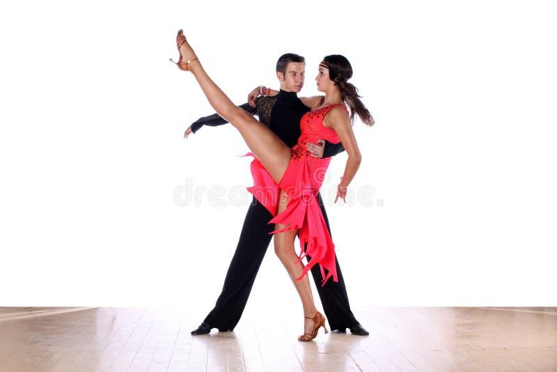 Latinotänzer im Ballsaal lizenzfreie stockfotografie