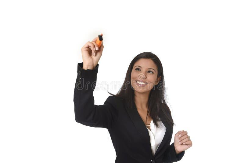 Latinsk dräkthandstil för affärskvinna i regeringsställning med markören på den osynligt faktiska skärmen eller bräde arkivfoton