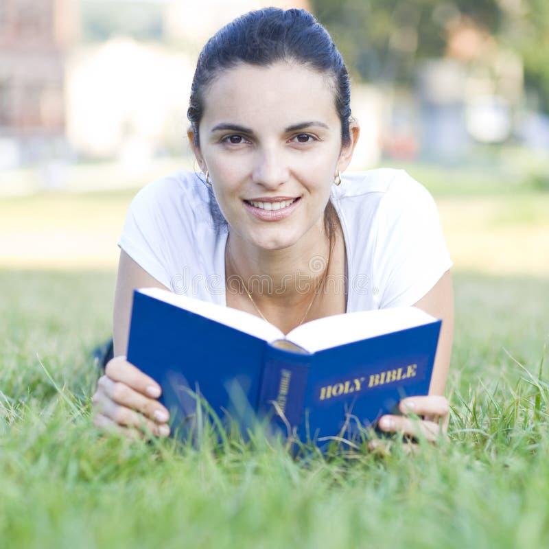Latinsk kvinna med bibeln royaltyfri fotografi