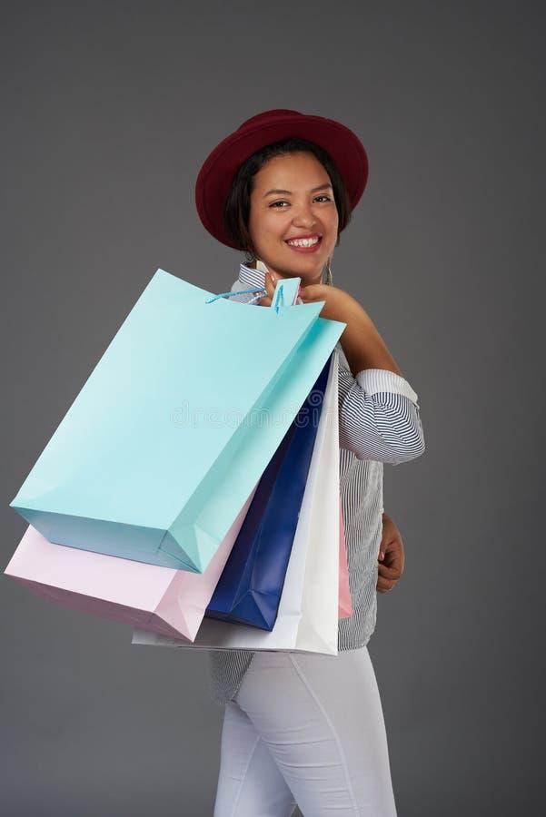 Latinsk kvinna med shoppingpåsar royaltyfria bilder