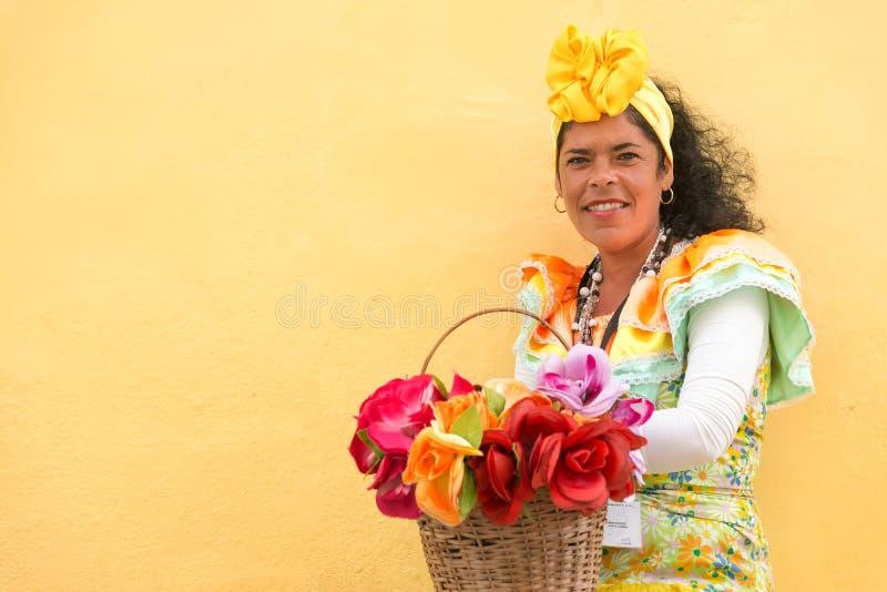 Latinsk kvinna som bär en traditionell klänning i gammal havannacigarr royaltyfri foto