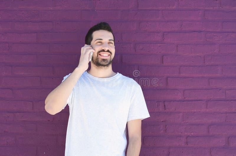 Latinsk man som talar på telefonen royaltyfri fotografi