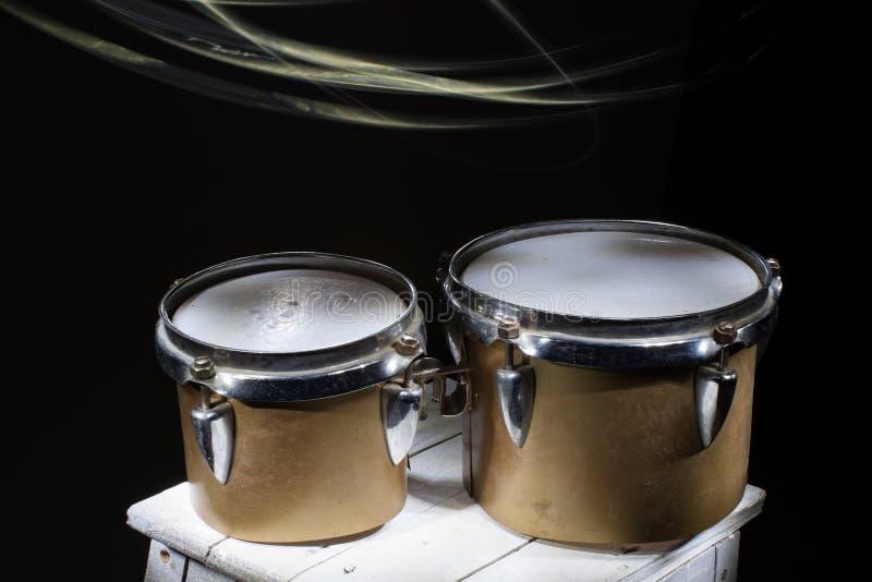 Latinskt slagverk, gamla brutna bongos arkivbilder