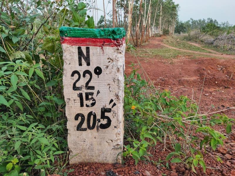 Latitudes y longitudes que marcan el poste fotos de archivo