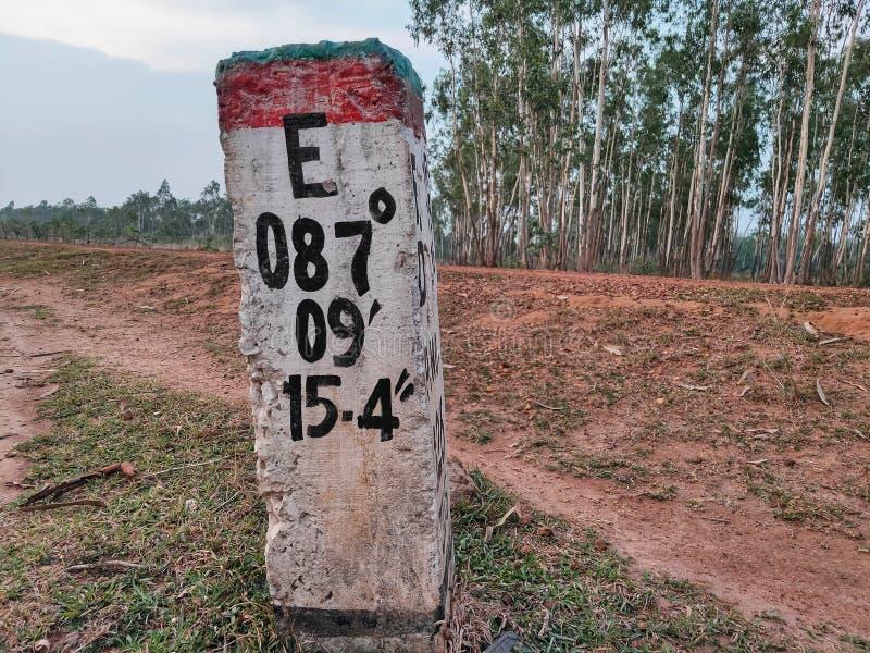 Latitudes y longitudes que marcan el poste fotografía de archivo libre de regalías
