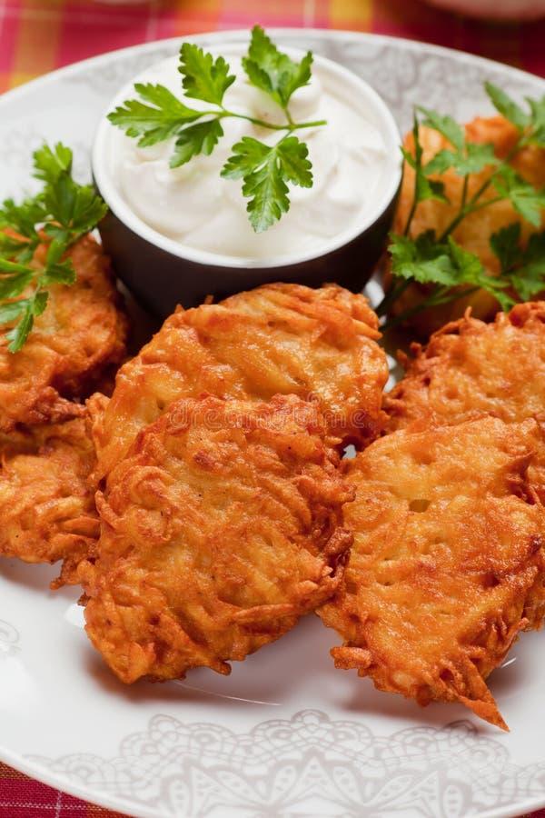 Latke, kartoflany blin z kwaśną śmietanką obraz stock