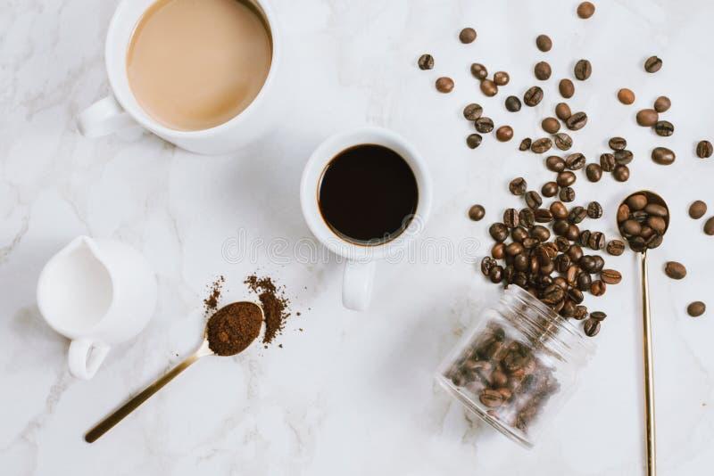 Latlay свежих чашек кофе эспрессо и молока, сливочника, кофейных зерен и ложки стоковое изображение rf
