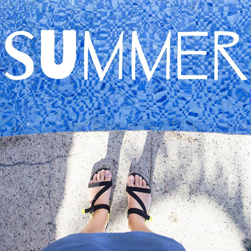 Lato Żeńscy cieki w sandałach blisko basenu obraz stock