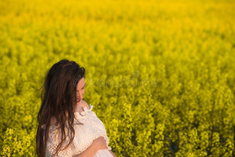 Lato brzemienność w ciepłym sezonie, Piękny portret kobieta w ciąży na ciepłym letnim dniu w naturze Brzemienno?? i zdjęcie stock