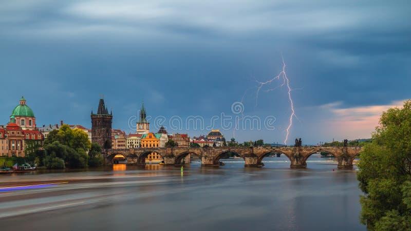 Lato burza nad Charles mostem z błyskawicą, Praga, republika czech fotografia royalty free