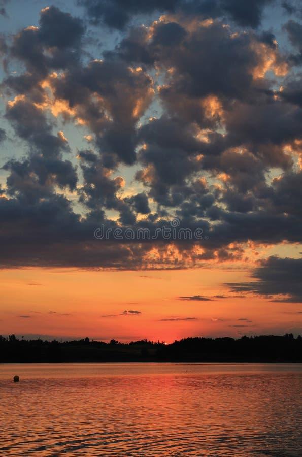 Lato chmurnieje przy zmierzchem nad Jeziornym Pfaeffikersee fotografia royalty free