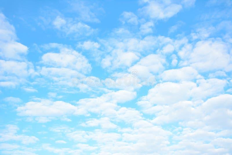 Lato chmury jako naturalny tło & niebieskie niebo obraz stock
