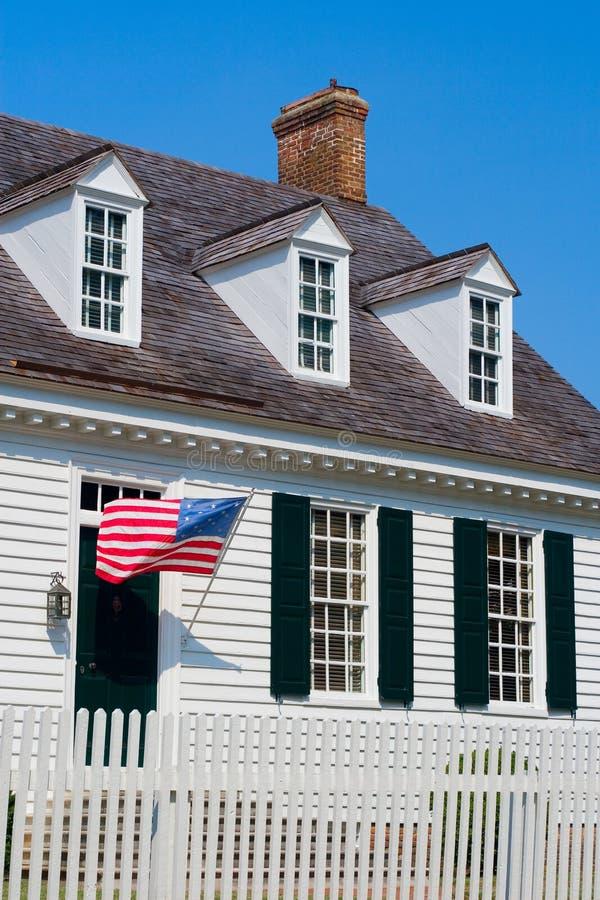 Lato coloniale bianco della casa fotografie stock