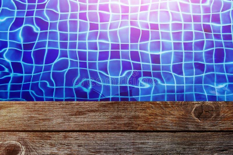 Lato con la piattaforma di legno di Empy, colore di luminosità, cima della piscina fotografia stock
