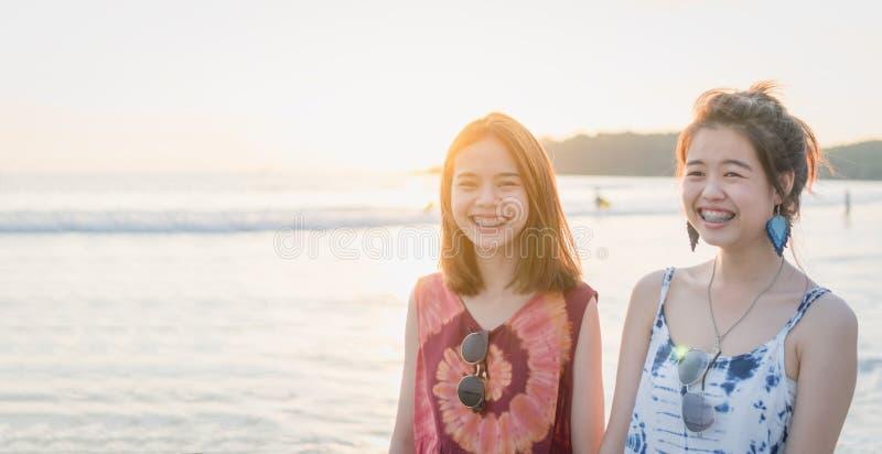 Lato czas, portret dwa młodej kobiety chodzi na plaży i ono uśmiecha się, obrazy stock