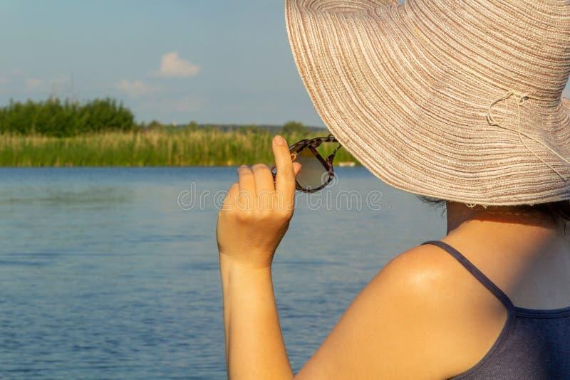 Lato czas, wakacje, ładna kobieta w eleganckim kapeluszu, patrzeje niebo, cieszy się lato i odpoczynku pojęcia lato fotografia royalty free
