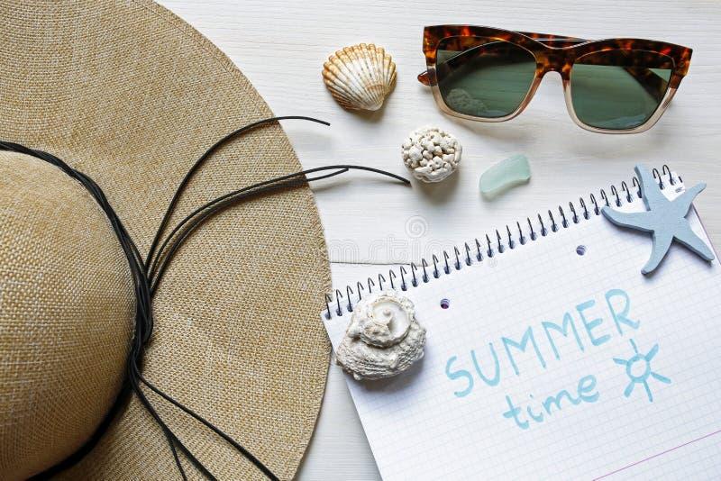 Lato czasu pojęcia słomiany kapelusz, seashells, okulary przeciwsłoneczni i notatnik, zdjęcia royalty free