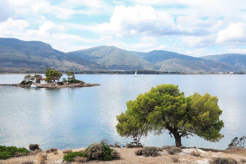 Lato czasu widok na Eros wyspie lub Daskalio blisko Poros, Grecja fotografia stock