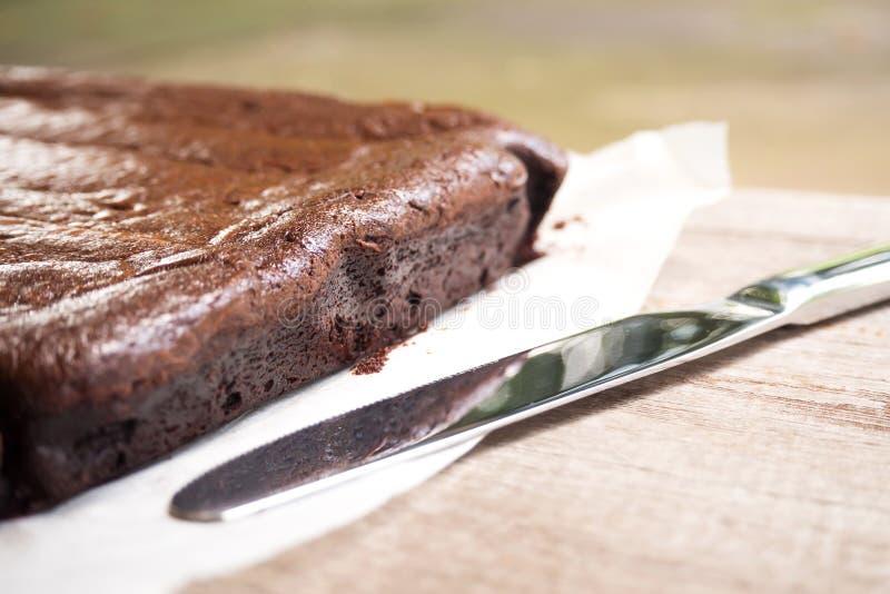 Lato del primo piano del brownie Coltello quasi e luce dell'ombra Dessert immagini stock