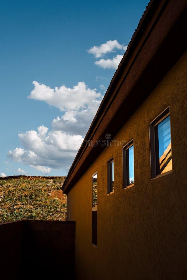 Lato della casa di Adobe nel paesaggio del deserto immagini stock