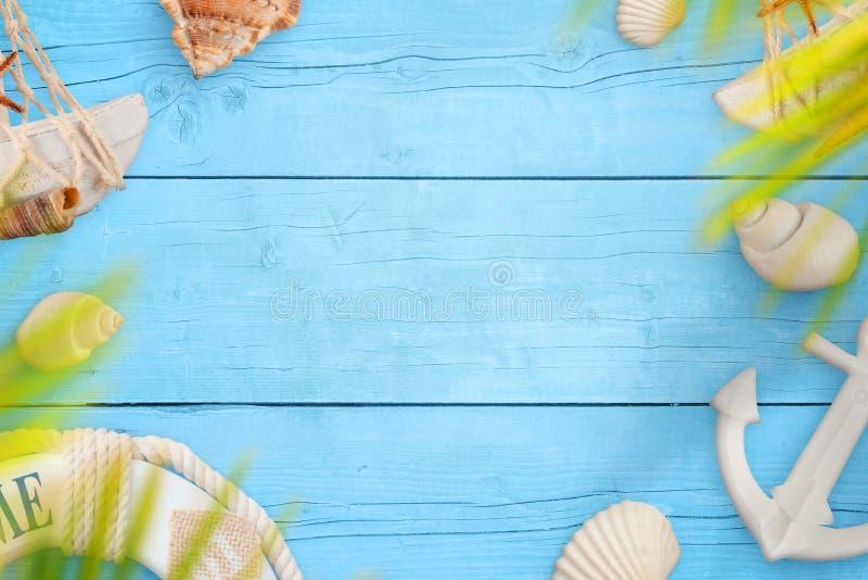 Lato dennej podróży tło Skorupy, pasek i kotwica na błękitnym drewnianym stole, zdjęcie royalty free