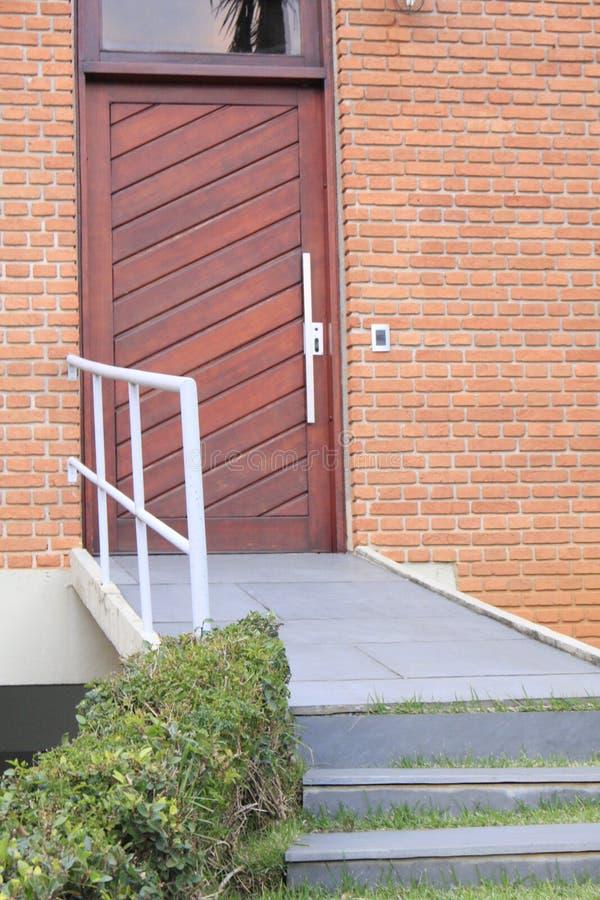 Lato di legno dell'entrata principale della porta immagini stock libere da diritti